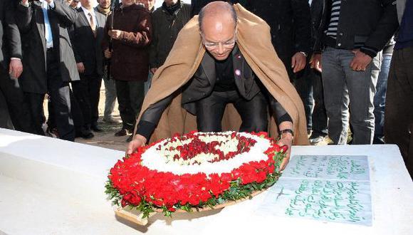 El actual presidente, Moncef Marzouki, visitó hoy la tumba del mártir Mohamed Bouazizi. (AP)