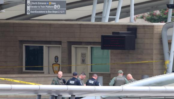 La policía y los funcionarios trabajan en el lugar de un tiroteo en la estación de autobuses de Metro fuera del Pentágono en Arlington. (Foto: EFE / EPA / JIM LO SCALZO)