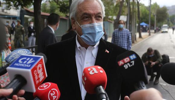 El presidente de Chile, Sebastián Piñera, habla con los medios en el centro de votación luego de emitir su voto en el plebiscito chileno, este domingo, en Santiago (Chile). (Foto: EFE/Elvis González)