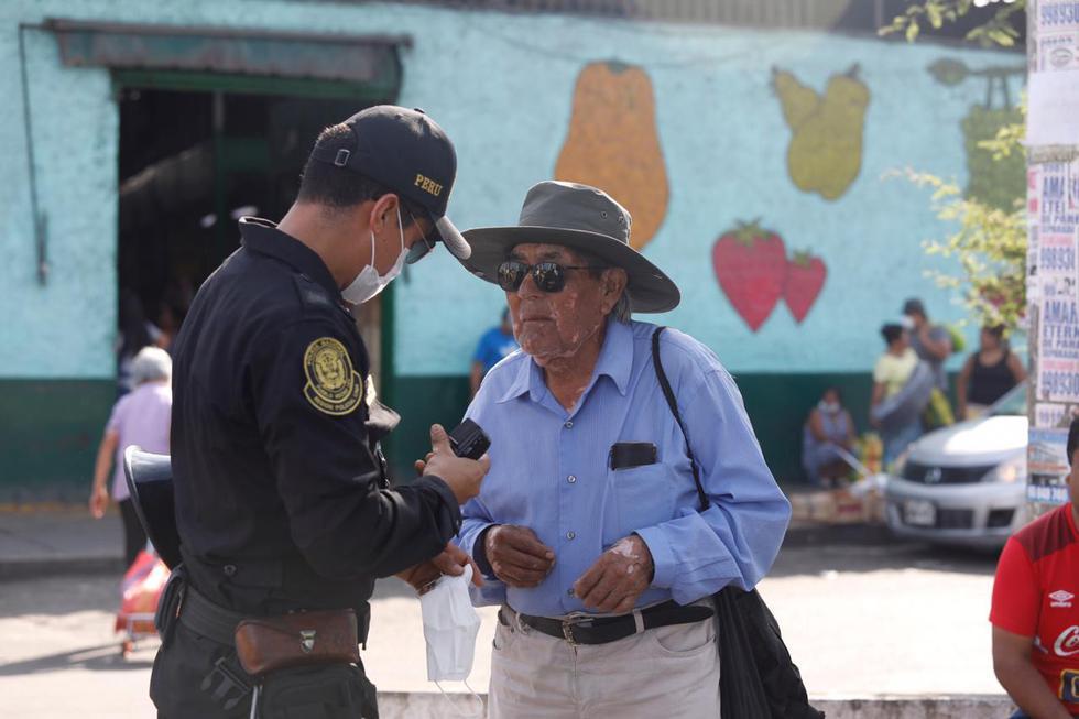 Policía protege del coronavirus a adulto mayor colocándole mascarilla. (Fotos: Diana Marcelo/GEC)