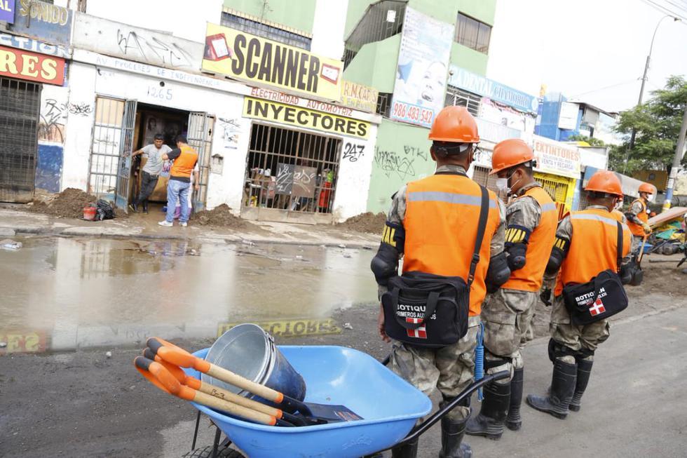 Miembros de las Fuerzas Armadas acuden a la zona afectada por aniego con maquinaria pesada y herramientas de trabajo. (Foto: Twitter Marina de Guerra/Ejército)