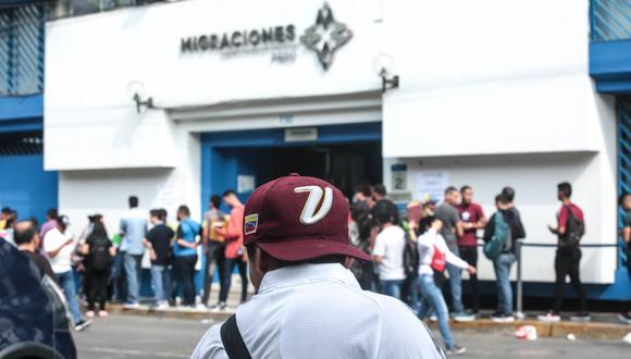 Los venezolanos realizan sus trámites en las sedes de Migraciones. (GEC)