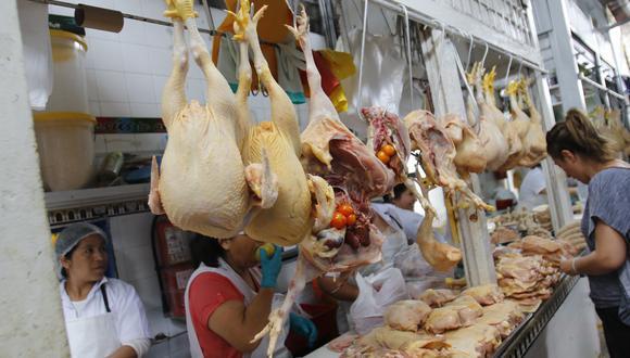 El precio de pollo se ubicaba alrededor de los S/ 3.00 a mitad de junio, mientras que hoy se encuentra a S/ 6.25 a precio mayorista. (Foto: Miguel Bellido / GEC)