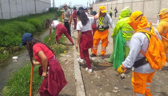 La comuna de Surco apoyó en la jornada de limpieza en los alrededores de Pantanos de Villa. (Municipalidad de Surco)