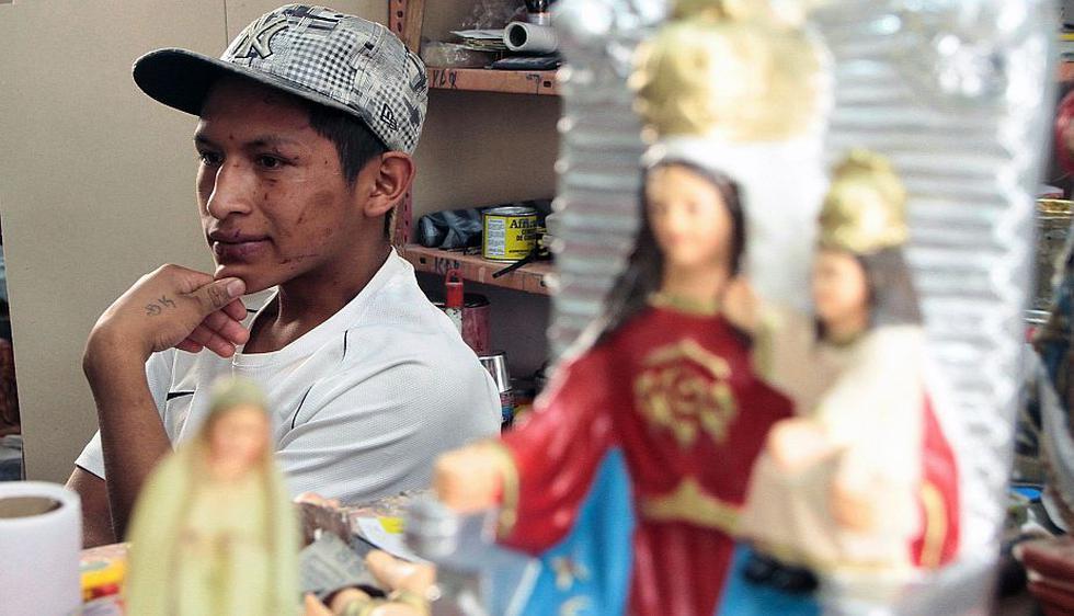 Un muchacho acude al taller de Edwin Muñoz, en Quito. (AFP)