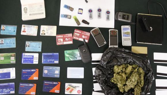 En una residencia de Chorrillos se incautauron decenas de tarjetas clonadas y documentos falsificados. (David Véxelman)