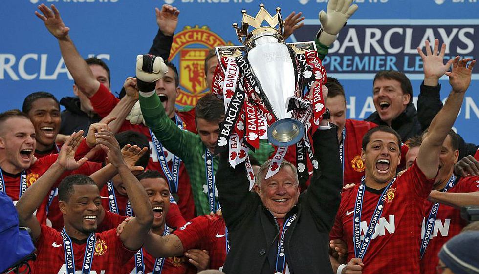 Sir Alex Ferguson se fue levantando la copa de la Liga y ganando 2-1 al Swansea. (Reuters)