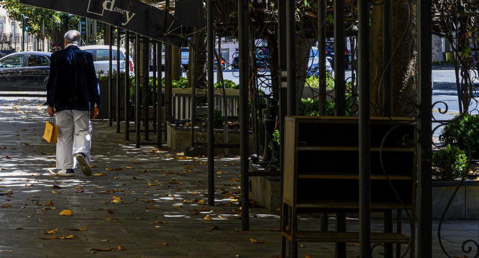 Insatisfechos con la ayuda asignada por el coronavirus, irritados por las directivas poco claras, muchos comerciantes y dueños de restaurantes de Italia se niegan a abrir sus tiendas pese al llamado del gobierno para reactivar el sector. (Tiziana FABI / AFP).