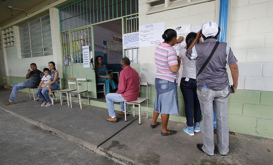 Oposición exige el cierre de centro de votación en donde no hay electores (Reuters).