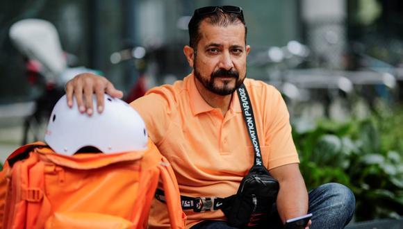El exministro de Comunicación afgano Sayed Sadaat se sienta con su equipo mientras trabaja para el servicio de entrega de alimentos Lieferando en Leipzig, Alemania, el 26 de agosto de 2021. (REUTERS / Hannibal Hanschke).