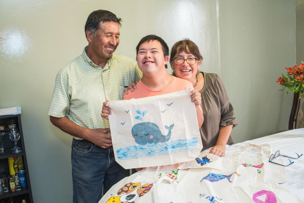 Rafo venció al cáncer e inició un negocio de bolsas 100% ecoamigables y pintadas a mano. (César Zamalloa/GEC)
