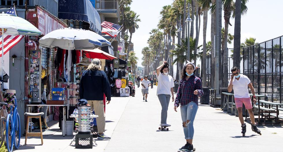 La gente disfruta el día en Venice Beach, California, el primer día que el condado de Los Ángeles permitió que las playas se reabrieran después de un cierre de seis semanas implementado para detener la propagación del coronavirus. (Foto: AFP/VALERIE MACON).