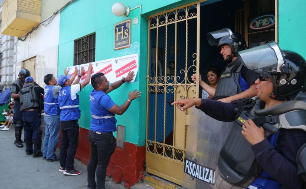 Dos hostales, un bar y una pollería, ubicados en la primera cuadra de la avenida Colonial, fueron clausurados. (Foto: Municipalidad de Lima)