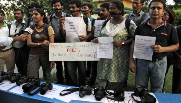 Compañeros de profesión de la víctima realizaron una protesta. (AP)