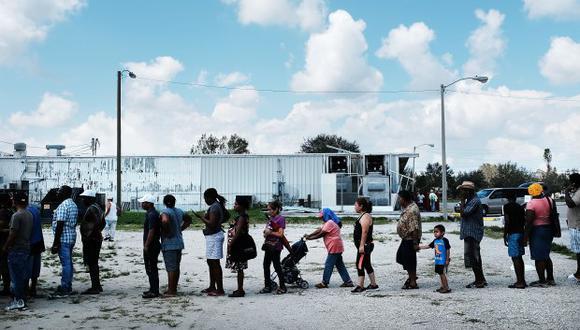 Residentes de una ciudad rural de trabajadores migrantes esperan donaciones. (Foto: AFP)