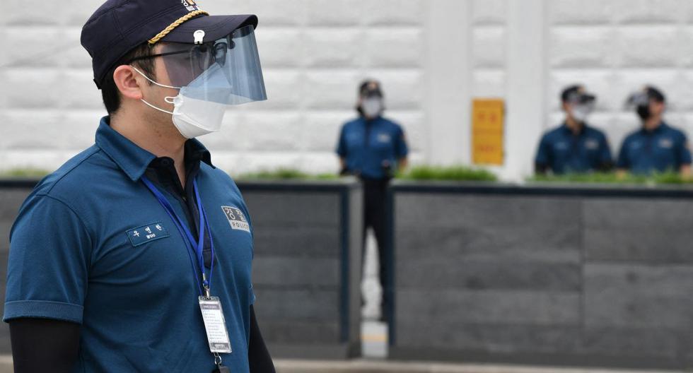 Imagen referencial. Un oficial de policía con un protector facial y una máscara monta guardia en Seúl, el 31 de agosto de 2020. (Jung Yeon-je / AFP).