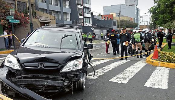 Policías dispararon más de 30 tiros contra vehículo en el que hampón fugaba.