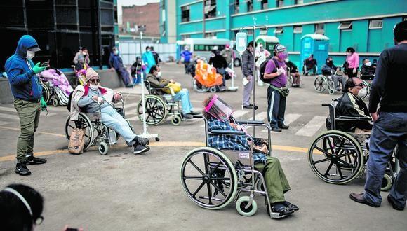 Imagen de archivo de pacientes esperando por atención médica en el Hospital Guillermo Almenara de Lima en mayo pasado. (EFE/ Sergi Rugrand)