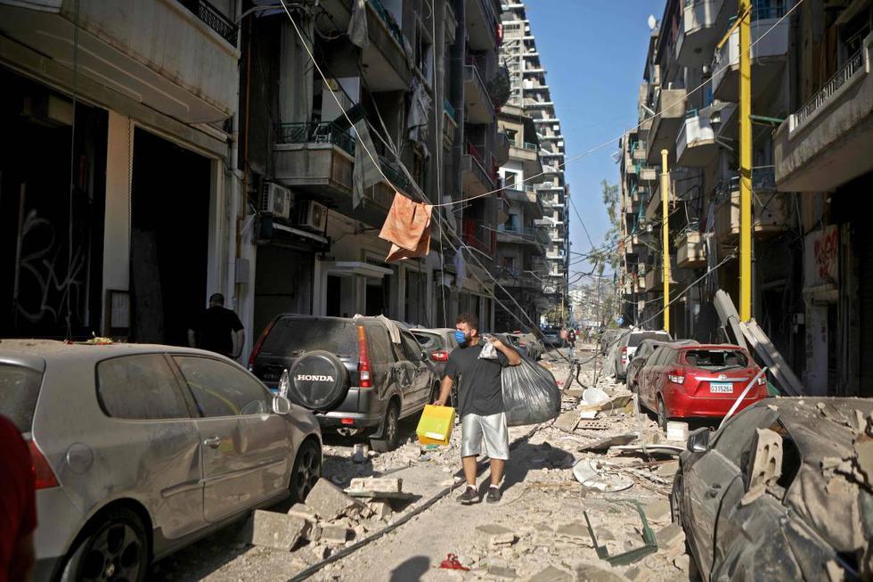 Un hombre recoge sus pertenencias en el moderno barrio de Mar Mikhael en Beirut (Líbano). (AFP / PATRICK BAZ).