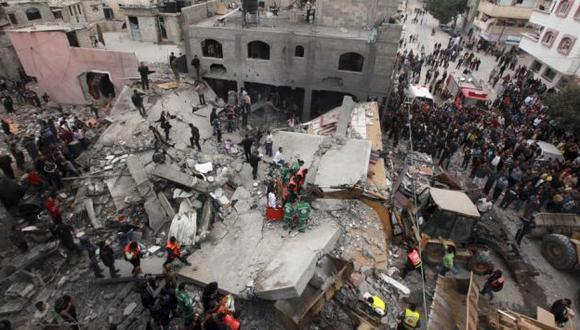 FUEGO. Columna de humo sobre una de las oficinas del jefe del Gobierno de Hamas, en Gaza. (Reuters)