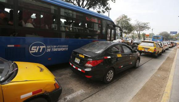 Se apoderan de los carriles exclusivos con total impunidad, como ocurre en el tramo del Corredor Azul. (Mario Zapata)