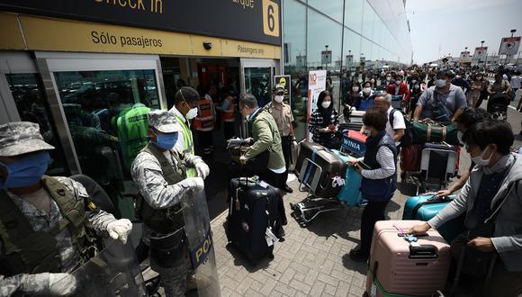 Muchas personas abarrotaron el Aeropuerto Jorge Chávez tratando de viajar en medio de la pandemia por el COVID-19.(Foto: Joel Alonzo / GEC Archivo)