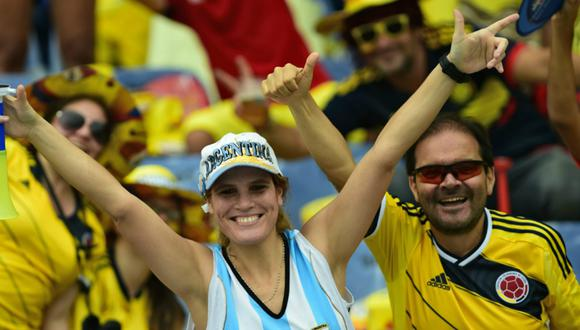 Hinchas argentinos expresan su respaldo a Colombia en su difícil encuentro ante Inglaterra. (Foto: Luis Robayo/goal.com)