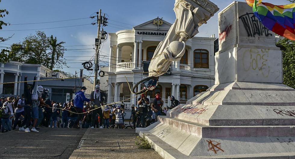 Manifestantes derriban una estatua de Cristóbal Colón durante una manifestación contra el gobierno en Barranquilla, Colombia, el 28 de junio de 2021. (Mery Grandos Herrera / AFP).