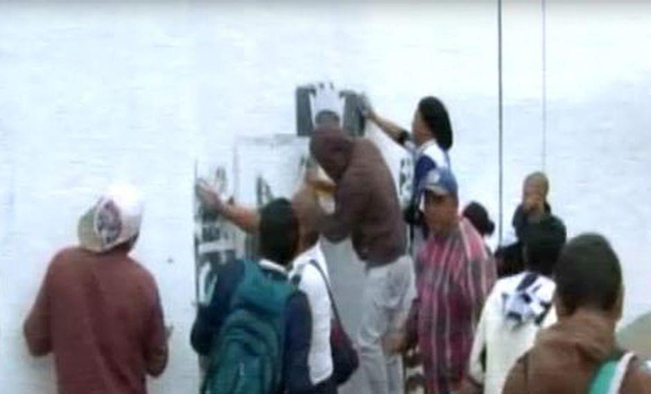 Fanáticos de Alianza Lima llegaron hasta la explanada para intentar remover la pintura. (RPP)