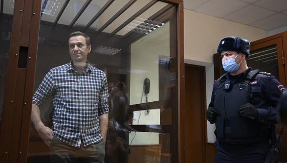 El líder de la oposición rusa Alexei Navalny es fotografiado dentro de una celda de vidrio durante una audiencia judicial en el tribunal de distrito de Babushkinsky en Moscú el pasado 20 de febrero de 2021. (Kirill KUDRYAVTSEV / AFP)