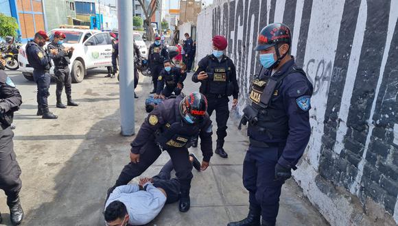 Agentes del Escuadrón de Emergencia Callao tras una persecución y balacera capturaron a dos sicarios cundo huían luego de atacar a tiros a un vecino en el primer puerto. (PNP)