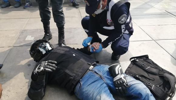 La Brigada de Rescate de Surco auxilio al motociclista herido por culpa de una mala maniobra de un chofer. (Municipalidad de Surco)