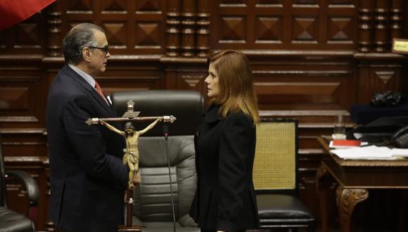 Araoz formalizó su renuncia al cargo ante el presidente del disuelto Parlamento, Pedro Olaechea. (Foto: GEC)