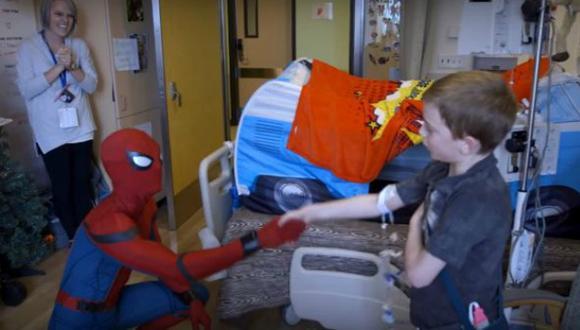 Holland se vistió del personaje arácnido para sorprender a los pequeños. (Captura)