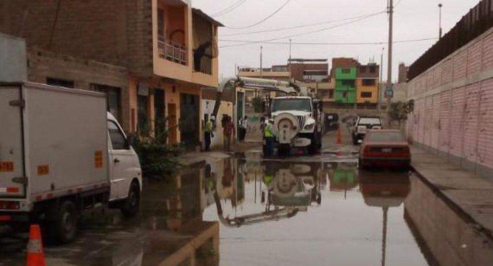 Esta mañana se reportó un aniego de aguas residuales en la cuadra 7 de la urbanización Nicolás de Piérola, en San Martín de Porres. (Foto: Sedapal)