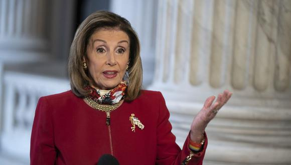 La presidenta de la Cámara de Representantes de Estados Unidos, Nancy Pelosi, (D-CA), habla durante una entrevista televisiva en el Capitolio de Estados Unidos en Washington, DC. (EFE/ALEX EDELMAN).