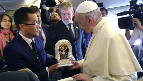 Periodista peruano entregó réplica del Señor de los Milagros al Papa. (La Tercera)