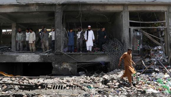 El ataque ocurrió este viernes cuando un suicida hizo explotar un vehículo militar Humvee. En la foto, comerciantes miran las ruinas de sus tiendas en el sitio de un ataque suicida en Kabul. (Foto referencial: AFP)