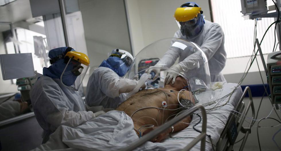 Un médico y enfermeras tratan a un paciente que padece la enfermedad por coronavirus (COVID-19) en la Unidad de Cuidados Intensivos (UCI) del hospital El Tunal en Bogotá. (REUTERS/Luisa Gonzalez).