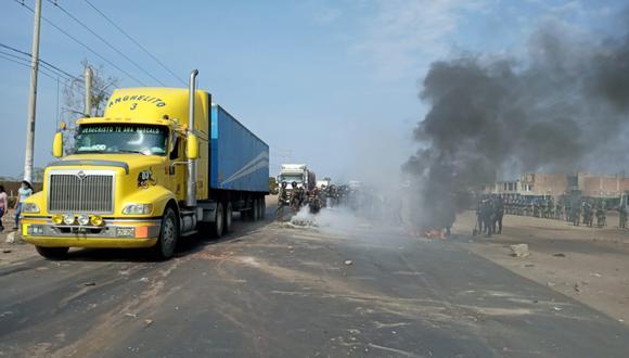La Libertad: policías logran desbloquear un tramo de la Panamericana Norte en Virú (Foto difusión)