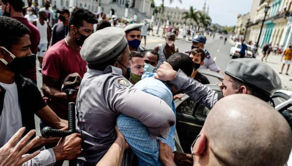 Un hombre es arrestado durante una manifestación contra el gobierno del presidente cubano Miguel Díaz-Canel en La Habana, el 11 de julio de 2021. (ADALBERTO ROQUE / AFP).