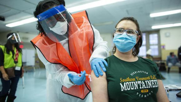 Una enfermera recibe una dosis de la vacuna contra el coronavirus de Moderna en South Bronx Educational Campus, en el Bronx, Nueva York. (Foto de Kena Betancur / AFP).