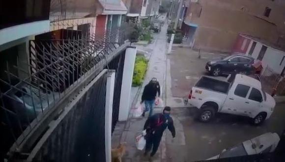 Las cámaras de seguridad captaron cada segundo de la llegada y fuga de los delincuentes. En esta imagen cuando se llevan las bolsas con los lingotes de oro. (Captura de video)