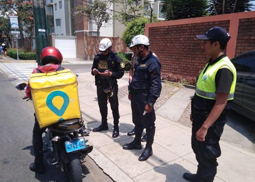 Los agentes policiales con el apoyo del personal de Serenazgo y Fiscalización de la comuna procedieron a verificar que las motos no tengan placas borrosas o adulteradas. (Foto: Municipalidad de Magdalena)