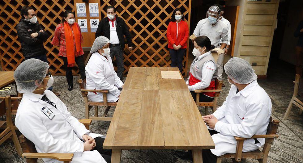 La atención en resturantes en salón priorizará el uso de mascarillas y el distanciamiento social (Mincetur).