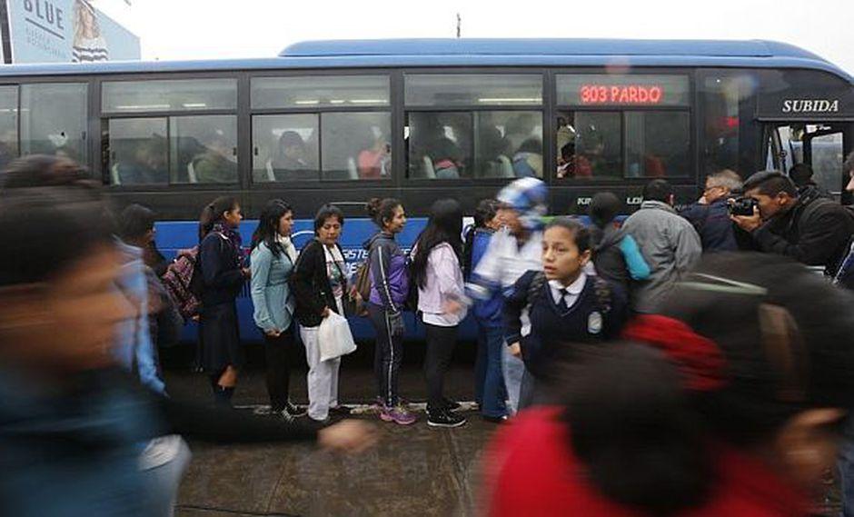 Corredor Azul: Pasajeros esperan para subir a los buses. (USI)