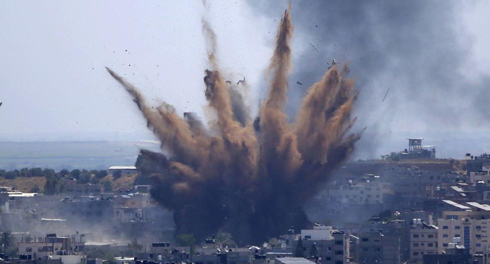 El humo se eleva tras los ataques aéreos israelíes contra un edificio en la ciudad de Gaza, el jueves 13 de mayo de 2021. (AP/Hatem Moussa).