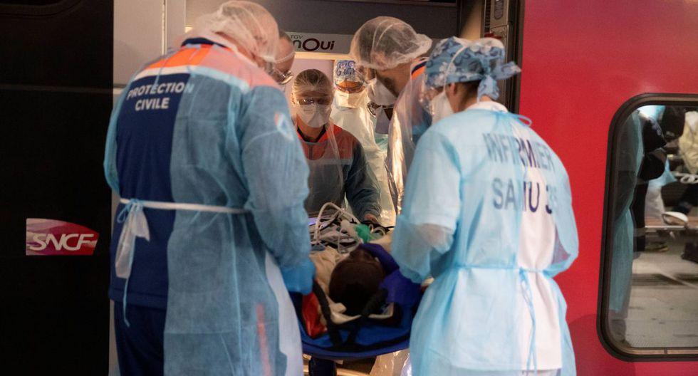 El personal médico instala a pacientes infectados con el COVID-19 a bordo de un tren de alta velocidad TGV en la estación de Austerlitz el 1 de abril de 2020 en París. (Thomas SAMSON/AFP).