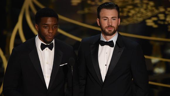 Chadwick Boseman y Chris Evans en la entrega del Oscar del 2016.  (Photo by MARK RALSTON / AFP)