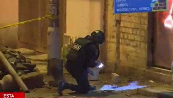 Agentes de la Udex desactivaron una granada que fue lanzada hacia el ingreso de una tienda en San Juan de Miraflores. (Captura: América Noticias)